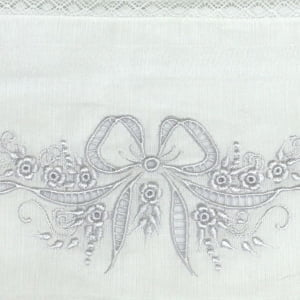 Fralda Richelieu Laço Branco - de R$ 46,67 a R$ 54,90 - Desconto Progressivo